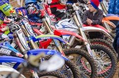 Volgograd, Rússia - 19 de abril de 2015: close-up das motocicletas no início da competição, na fase do campeonato aberto Imagem de Stock