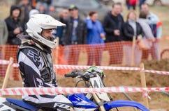 Volgograd, Rússia - 19 de abril de 2015: O piloto da motocicleta sorri antes do início da competição, na fase do campeão aberto Imagem de Stock