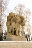 """volgograd Rússia - 3 de fevereiro de 2019 A menina-enfermeira escultural do """"a da composição, levando um soldado seriamente fer foto de stock royalty free"""