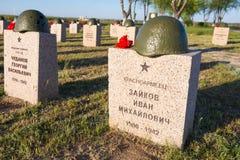 volgograd Rússia - 7 de maio de 2017 As sepulturas dos soldados no cemitério soviético do memorial de guerra daqueles matados na  imagem de stock royalty free