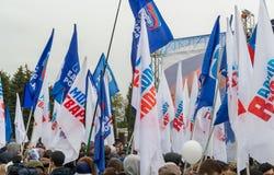 Volgograd, Rússia - 4 de novembro 2016 As bandeiras do partido uniram Rússia e os jovens guardam no dia da unidade nacional Imagem de Stock