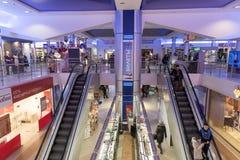 Volgograd, Rússia - 3 de novembro 2016 Escada rolante no complexo interior Diamant da compra e do entretenimento imagem de stock