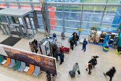 Volgograd, Rússia - 4 de novembro 2016 Os passageiros passam a verificação na entrada ao aeroporto Vista de acima imagens de stock