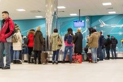 Volgograd, Rússia - 31 de outubro 2016 Os passageiros esperam a bagagem em torno do carrossel da bagagem em C terminalan de Aerop Imagens de Stock Royalty Free