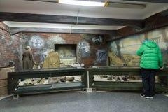 Volgograd Rosja, Listopad, - 02, 2016 Chłopiec w muzeum pamięć - Umieszcza niewoli fascist marszałka Paulus w drugiej wojnie świa Zdjęcie Royalty Free