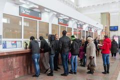Volgograd Rosja, Listopad, - 04 2016 Kolejka przy biletowym biurem przy stacją kolejową Fotografia Stock