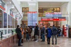 Volgograd Rosja, Listopad, - 04 2016 Kolejka przy biletowym biurem przy stacją kolejową Zdjęcie Stock