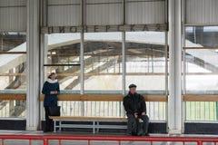 Volgograd Rosja, Listopad, - 03 2016 Pasażery przy stacjami Pioneerskaya Metrotram Zdjęcia Stock