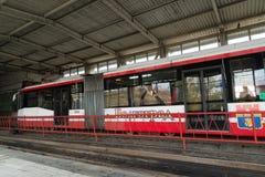 Volgograd Rosja, Listopad, - 03 2016 Tramwaj na stacjach Pioneerskaya Metrotram Fotografia Royalty Free