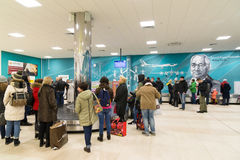 Volgograd Rosja, Październik, - 31 2016 Pasażery oczekują bagaż wokoło bagażowego carousel w C terminalan Aeroport Fotografia Royalty Free