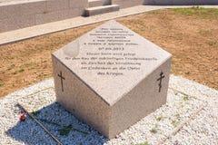 volgograd Rusland - 16 April 2017 De herdenkingssteen van verzoening Rusland en Duitsland op het grondgebied van de Duitse begraa stock foto
