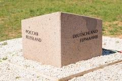 volgograd Rusland - 16 April 2017 De herdenkingssteen van verzoening Rusland en Duitsland op het grondgebied van de Duitse begraa royalty-vrije stock fotografie
