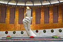 Volgograd, Rusland Een eeuwige vlam in de Zaal van Militaire glorie Kurgan Mamayev stock foto