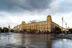 Volgograd, Rusland - November 04 2016 De bouw van hoofdpostkantoor op Mir-straat Stock Afbeeldingen