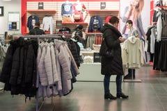 Volgograd, Rusland - November 03 2016 Het Binnenland van de Ostinopslag in het winkelen complexe Diamant royalty-vrije stock foto