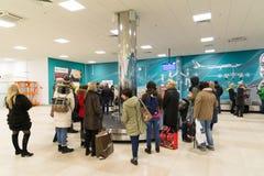 Volgograd, Rusland - Oktober 31 2016 De passagiers wachten op de bagage rond bagagecarrousel in C terminalan van Aeroport Royalty-vrije Stock Foto