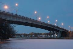 Volgograd, Russia - 20 febbraio 2016: Vista di notte del ponte attraverso il canale Lenin di Volga-Don nel distretto di Krasnoarm Immagine Stock Libera da Diritti