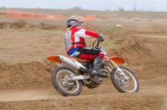 Volgograd, Russie - 19 avril 2015 : Le coureur de moto écrit un tour dans prolongée, croix ouverte Coun de moto de championnat d' Photographie stock libre de droits