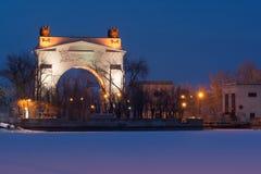 Volgograd, Russie - 20 février 2016 : Vue de la nuit le canal maritime avant du passage 1 WEC de voûte Lénine Volga-Don, dans Kra Image libre de droits