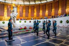 VOLGOGRAD, RUSSIE - 26 MAI 2019 : Gardes d'honneur et flamme éternelle à Volgograd photos stock