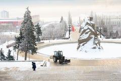 volgograd Ryssland - Februari 3, 2019 Snöborttagning på det minnes- komplexet på Mamayev Kurgan i Volgograd, skulptör Yevgeny royaltyfria bilder