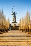 VOLGOGRAD RYSSLAND - JANUARI 15: Monumentet till fäderneslandet för världskrig II kallar på den Mamayev kullen Arkivfoton