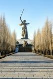 VOLGOGRAD RYSSLAND - JANUARI 15 2018: Monumentet till fäderneslandet för världskrig II kallar på den Mamayev kullen Fotografering för Bildbyråer