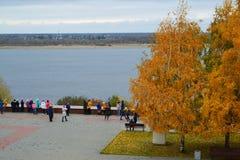 Volgograd Ryssland - November 01 2016 Barn på den Volga River invallningen i centrum Arkivbilder