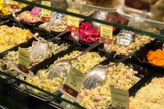 Volgograd Ryssland - November 02 2016 försäljningen av sallader i sötsaker och bagel detta är kafét för det populära nätverket Royaltyfri Foto