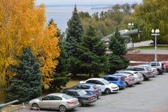 Volgograd Ryssland - November 01 2016 Rad av parkerade bilar på den Volga River invallningen Fotografering för Bildbyråer