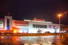 Volgograd Ryssland - November 03 2016 Shopping och underhållning komplexa Diamant på natten Arkivfoto