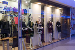 Volgograd Ryssland - November 03 2016 Skyltdockor shoppar in fönsterkomplexet Diamant Arkivbilder