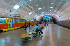 Volgograd Ryssland - November 01 2016 Spårvagn till den Lenin fyrkanten - station av underjordiskt snabbt Arkivfoto
