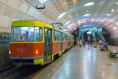 Volgograd Ryssland - November 01 2016 Spårvagn till den Lenin fyrkanten - station av underjordiskt snabbt Royaltyfri Bild
