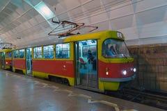 Volgograd Ryssland - November 01 2016 Spårvagn till den Lenin fyrkanten - station av underjordiskt snabbt Arkivfoton