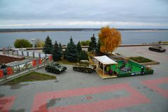 Volgograd Ryssland - November 01 2016 Utställning av militär utrustning från tider av det andra världskriget nära museum av strid Royaltyfri Bild