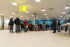 Volgograd Ryssland - Oktober 31 2016 Passagerare väntar på bagaget runt om bagagekarusell i C som är terminalan av Aeroport Royaltyfria Bilder