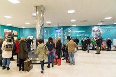 Volgograd Ryssland - Oktober 31 2016 Passagerare väntar på bagaget runt om bagagekarusell i C som är terminalan av Aeroport Royaltyfri Fotografi