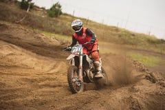 - Volgsk, Rusia, el competir con cruzado del moto del MX - Bike 24 de septiembre de 2016 al jinete Imagen de archivo libre de regalías