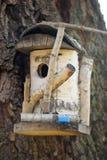 Volière en bois sur un arbre Images stock