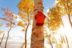 Volière rouge, maison d'oiseau photo stock