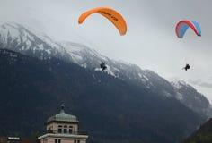 Voli in tandem di parapendio sopra le alpi svizzere Immagini Stock