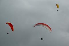 Voli in tandem di parapendio sopra le alpi svizzere Immagine Stock