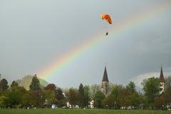 Voli in tandem di parapendio sopra le alpi svizzere Fotografia Stock Libera da Diritti