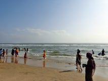 Volkeren in India op een strand Royalty-vrije Stock Fotografie