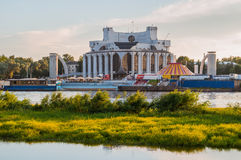 Volkhov河的河岸的诺夫哥罗德地方戏曲剧院在Veliky诺夫哥罗德,俄罗斯-建筑学风景 库存照片