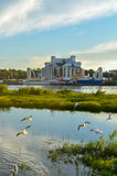 Volkhov河的河岸的诺夫哥罗德地方戏曲剧院在Veliky诺夫哥罗德,俄罗斯 库存照片