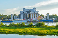 Volkhov河的河岸的诺夫哥罗德地方戏曲剧院在Veliky诺夫哥罗德,俄罗斯 免版税库存照片