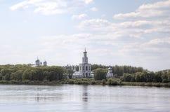 Volkhov河的河岸的Yuriev男性修道院在Veliky诺夫哥罗德 免版税库存照片