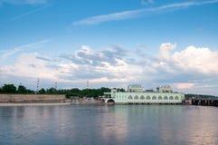 以Volkhov水力发电的statio为目的夏天风景 库存图片